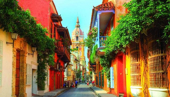 Fachadas coloniales con diversidad de colores